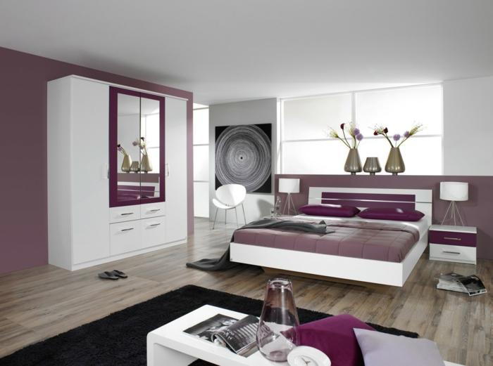 feng shui dormitorio en tonos lila con mubles en blanco, armario con espejos y alfombra negra