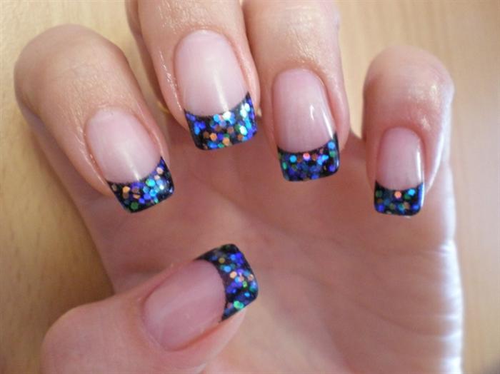 decorado de uñas en tonos metalicos, uñas largas cuadradas francesas con puntas en azul brillante, diseño de uñas frances