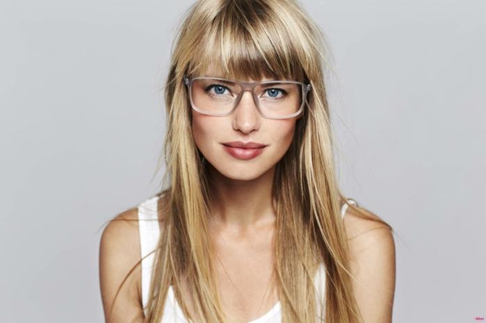 como peinar el flequillo, modelo con la melena larga con flequillo desfilado con gafas cuadradas grandes