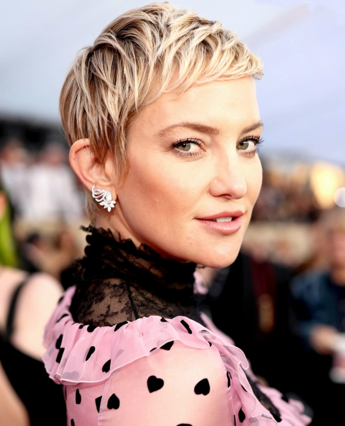 flequillo a un lado, actriz con el pelo corto, el pixie con mechas rubias, flequillo ultra corto con vestido negro y rosa