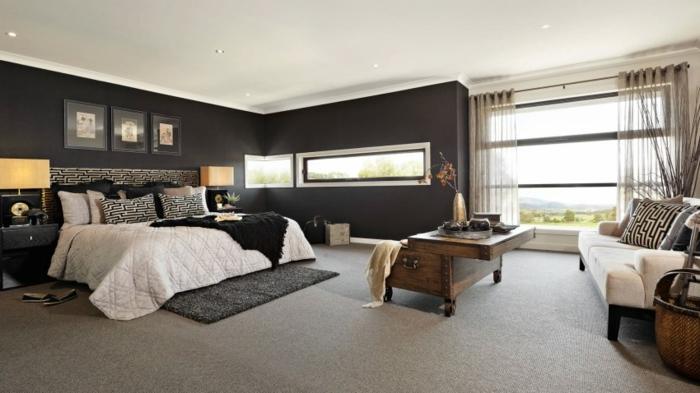 habitacion matrimonial con paredes negras, ventana grande con cortinas transparentes en color crema