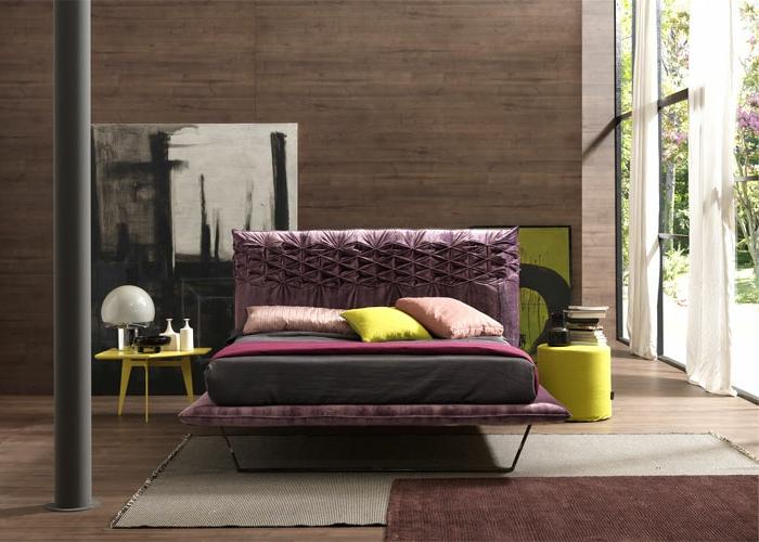 cuadros apoyados en la pared, cama con cabecero en morado, detalles verde mostaza, cuadros dormitorio matrimonio