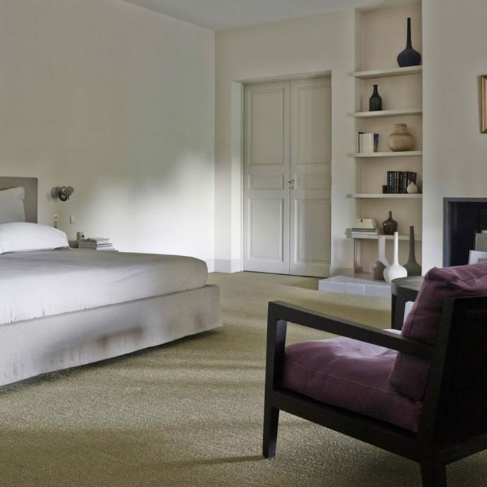 como decorar una habitacion de matrimonio moderna en colores claros, sillon de madera en morado