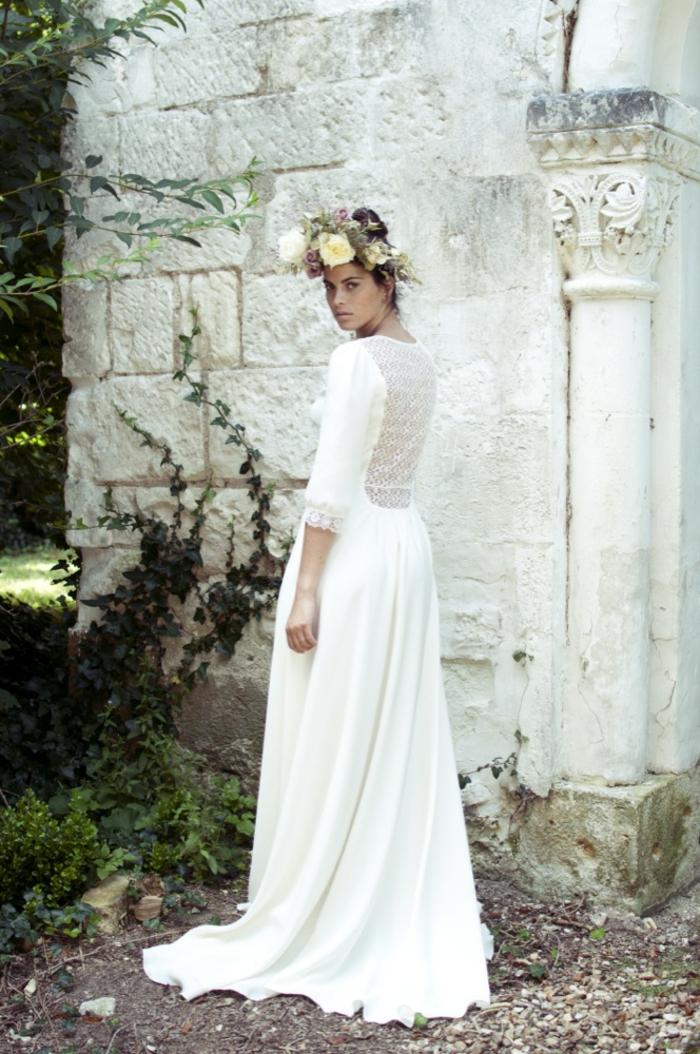 precioso vestido ibicenco boda con espalda de esncaje, vestido en color blanco rojo, pelo recogido adornado de una corona de flores