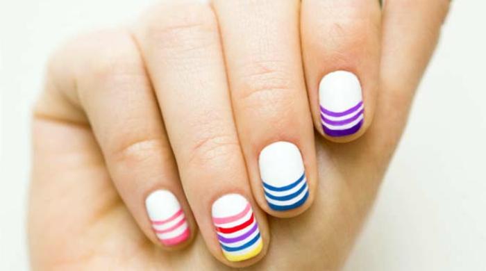 diseño colorido en rosado, lila y azul en fondo blanco, decorado de uñas para el verano