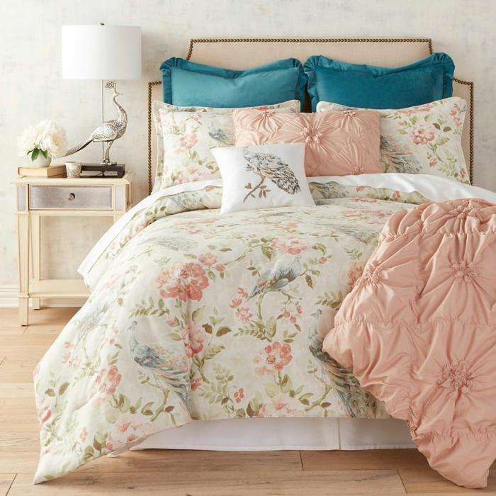 como decorar una habitacion de matrimonio moderna en colores pasteles, sabanas en estampados florales