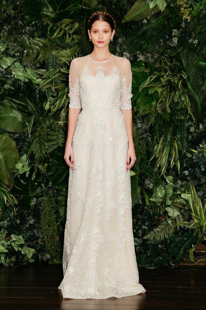 vestido ibicenco boda en color champán con escote ilusión y falda corte recto, pelo recogido trenzado