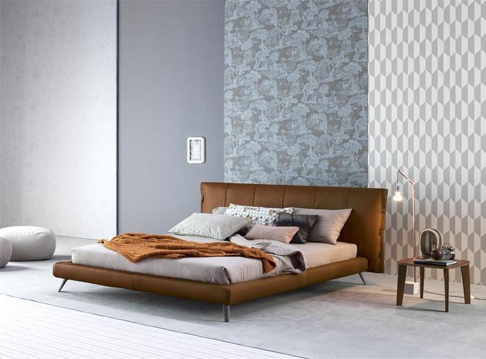 últimas tendencias sobre como decorar una habitacion de matrimonio moderna, cama en marrón con cabecero, paredes con papel pintado