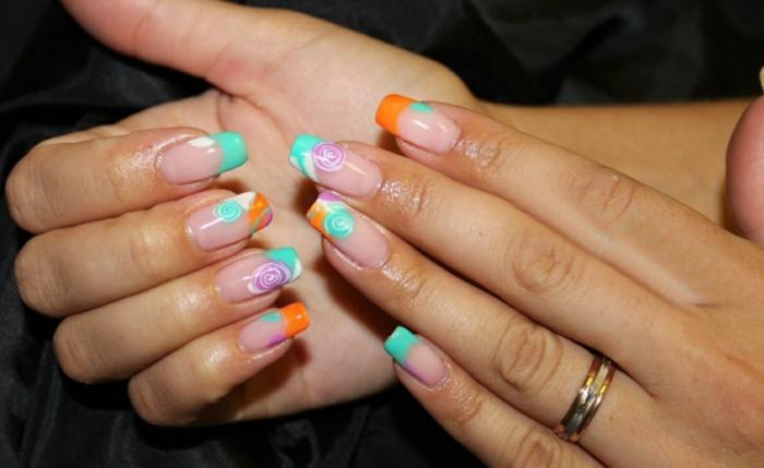 decorado de uñas en tonos fluorescentes, uñas muy largas con motivos florales y puntas en verde menta y naranja