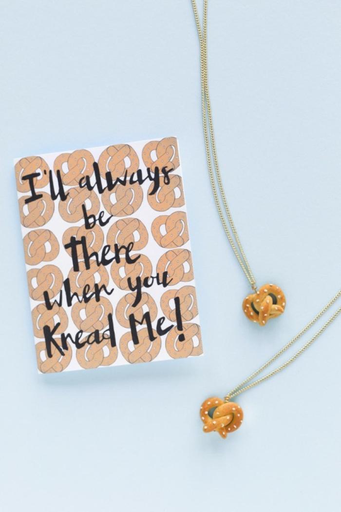 ejemplos sobre que regalar a una amiga por su cumpleaños, collares personalizados hechos a mano