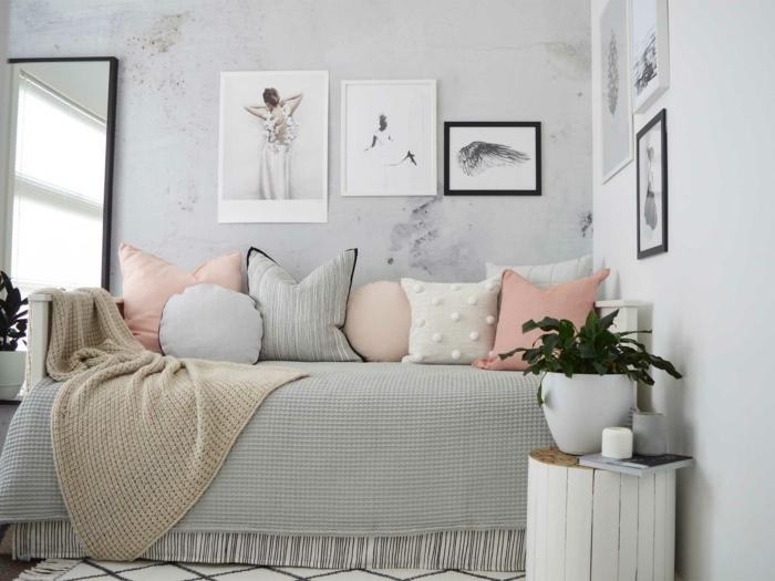 ideas para pintar habiracion juvenil, cama-sofá con muchos cojínes de diferentes colores y cuadros en la pared