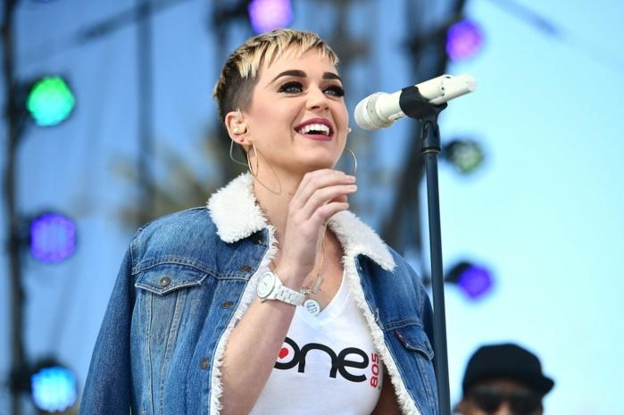peinados media melena flequillo, Katy Perry cantando y sonriendo con chaqueta de jeans con camisa blanca