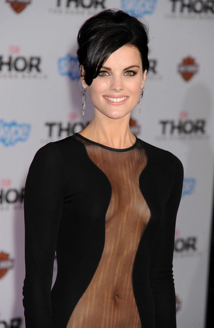 corte pelo flequillo, actriz española con vestido negro de manga larga con transparencia en la parte delantera