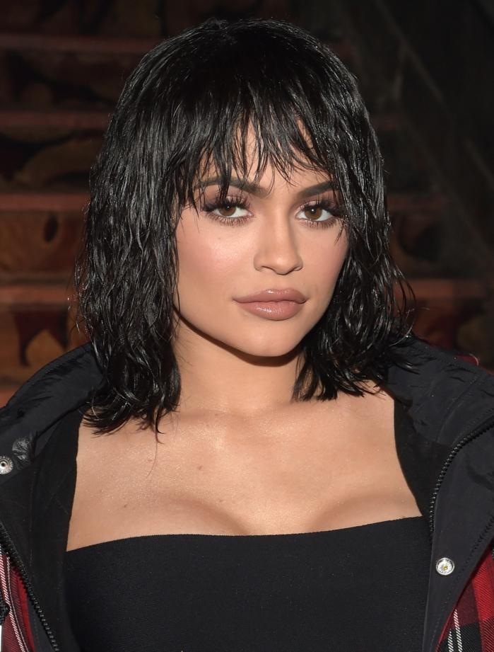 peinados media melena flequillo, modelo con media melena con flequillo despeinado y desafilado con labial
