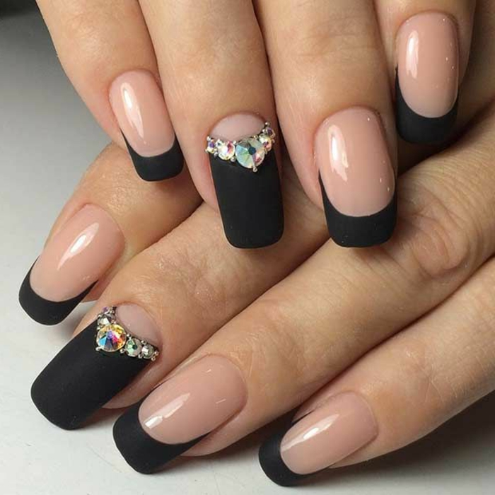 decorado de uñas francesas, base transparente acabado brillante y puntas en negro mate, diseño de uñas frances