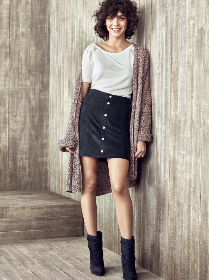 peinados con flequillo de lado, modelo con melena media rizada con flequillo, falda negra con botones y camiseta