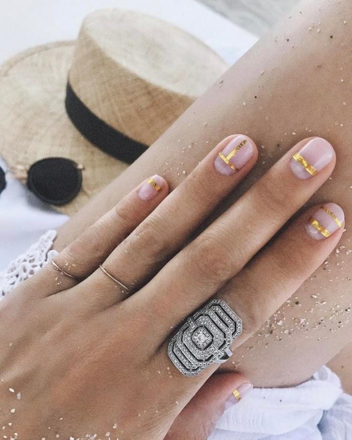 uñas cortas diseño minimalista con detalles en dorado, uñas manicura francesa modernas, diseño de uñas frances
