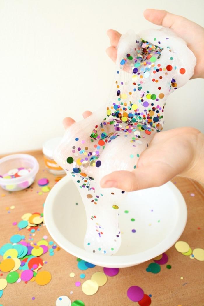 como hacer slime sin borax y pegamento paso a paso, slime en color blanco con lentejuelas coloridas