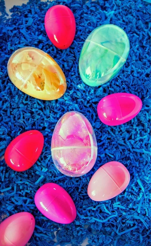 huevos de pascua coloridos hechos de slime, cómo hacer slime para regalar, bonitas ideas DIY