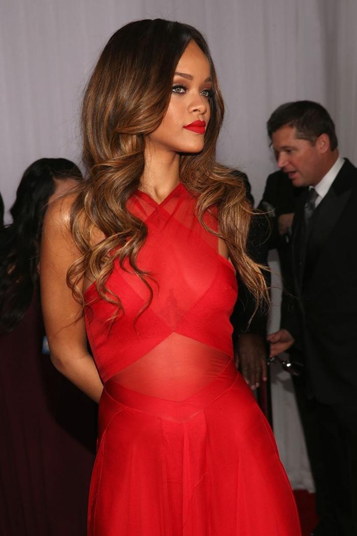 mechas californianas en pelo oscuro Rihanna con vestido rojo largo con tirantes gruesos cruzados