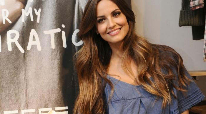 mechas californianas en pelo oscuro, modelo con pelo castaño oscuro con relejos rubios y pelo ondulado