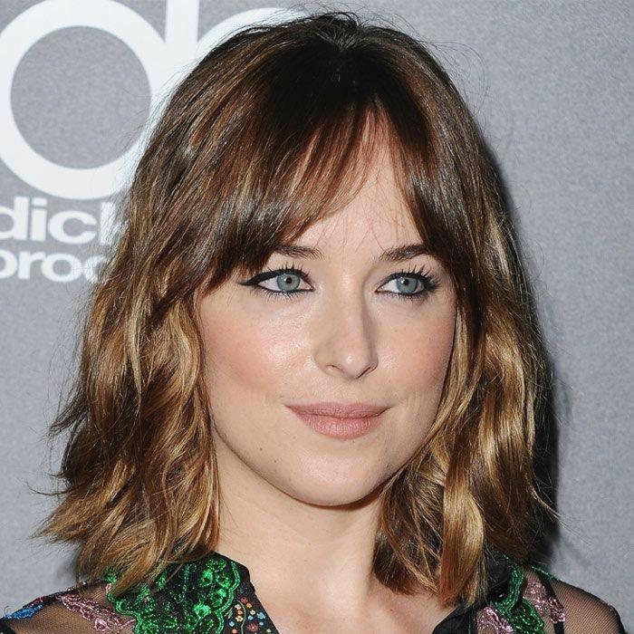 mechas californianas rubias, la actriz de 50 sombras de Grey con melena midi con flequillo y reflejos rubios