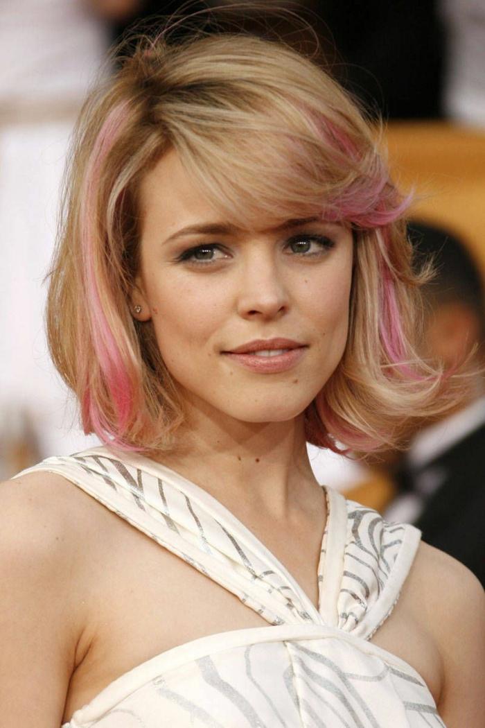 mechas de colores, Rachael McAdams con corte de pelo corto rubio con mechas rosas y flequillo