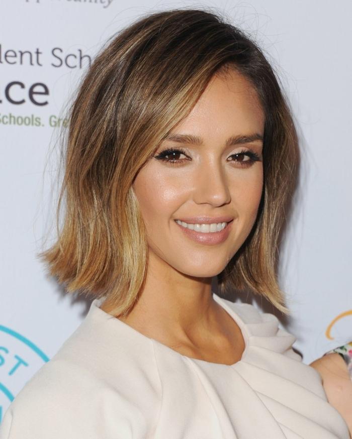 Mechas o reflejos en pelo, Jessica Alba con corte de pelo corto sin flequillo, con labial nude y vestido color crema