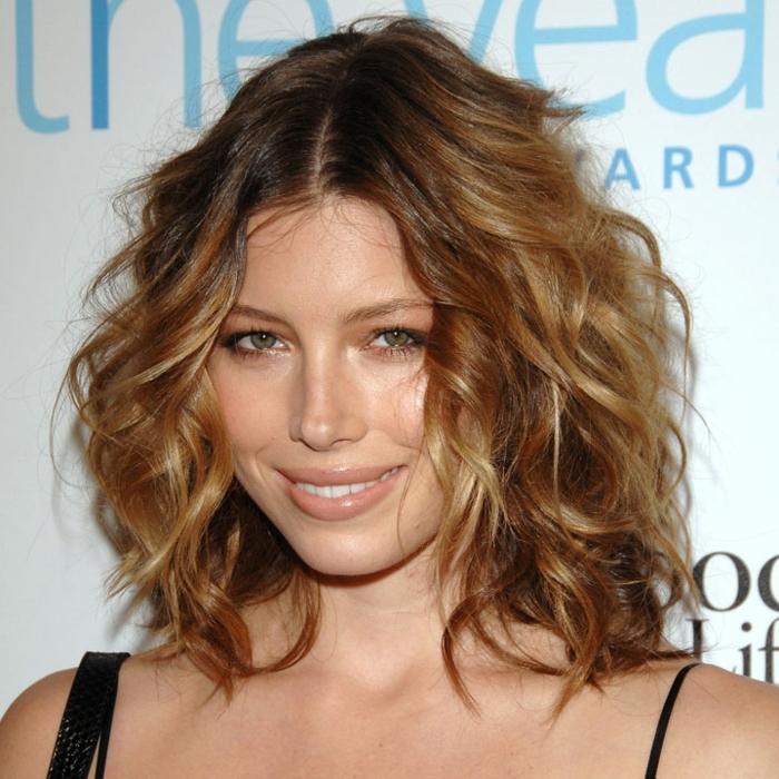 mechas o reflejos en pelo oscuro, Jessica Biel con corte de media melena, con el pelo rizado y raya en el medio