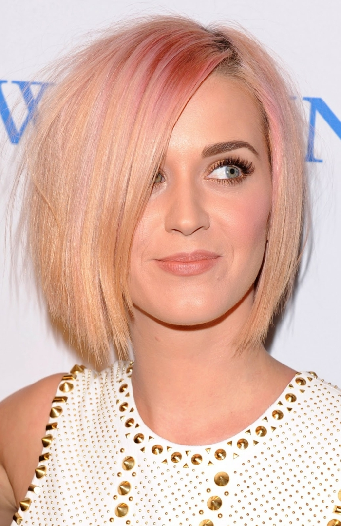 Katy Perry, morena clara con pelo de color rosa dorado, corte de pelo corto, bob chop, mechas o reflejos en pelo