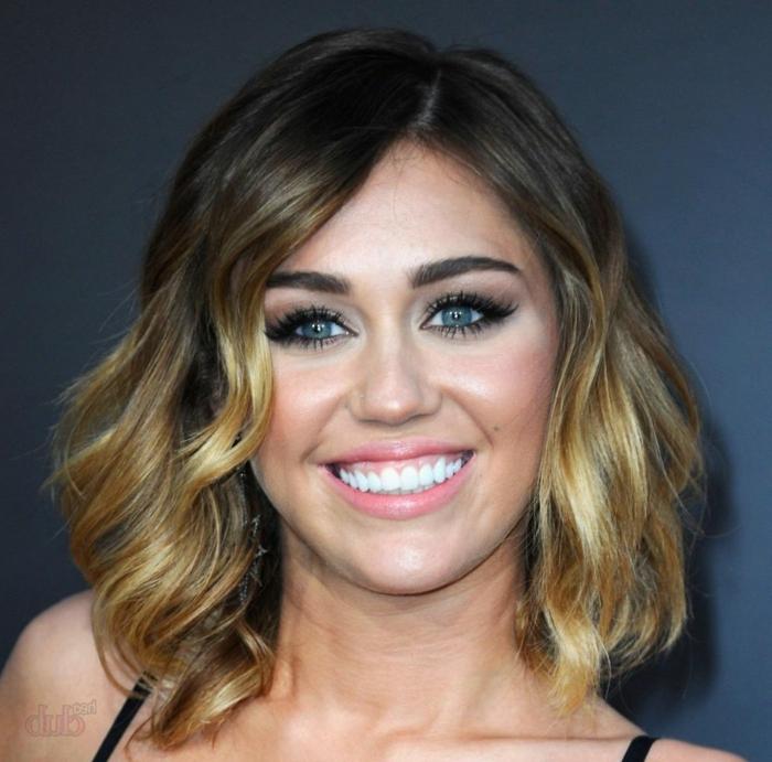 mechas o reflejos en pelo oscuro, Miley Cyrus con media melena ondulada con mechas rubias de ojos azules