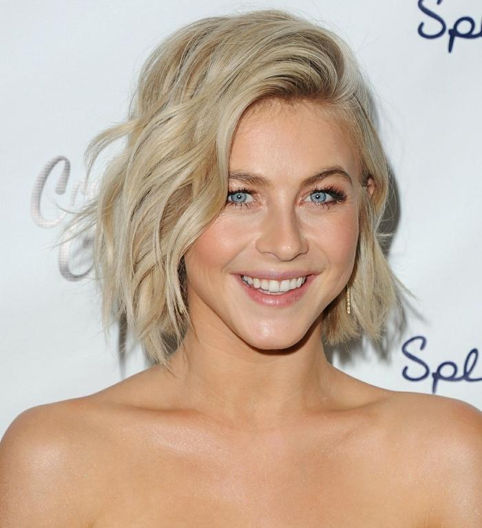 mechas o reflejos en pelo oscuro, modelo con pelo bob chop rizado, de color rubio y rizado, modelo de ojos azules
