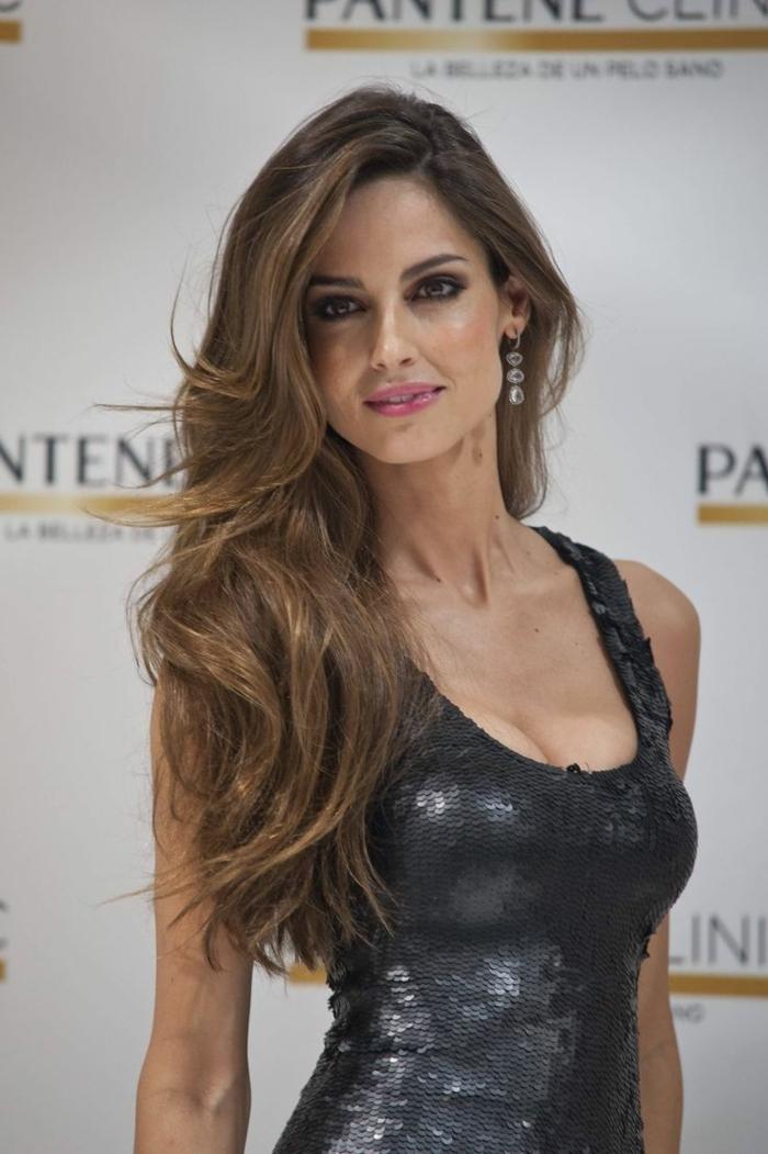 mechas para pelo castaño, Ariadne Artile modelo con vestido negro de lentejuelas con tirantes y escote