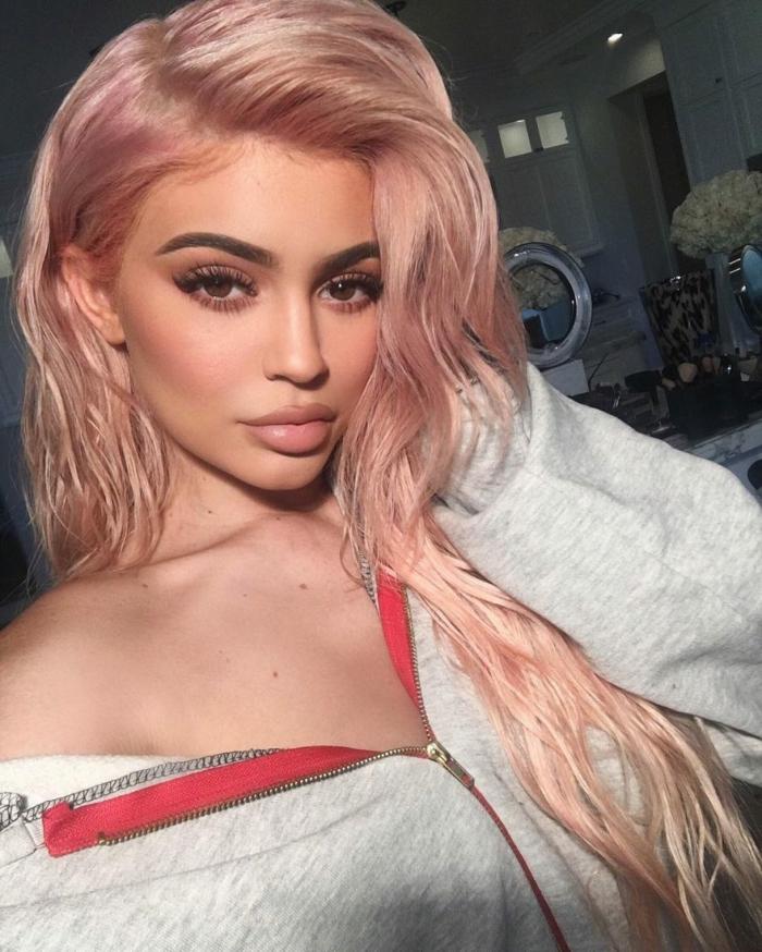mechas para pelo castaño chica con tinte rosa dorado, de pelo largo con ondulaciones y efecto mojado