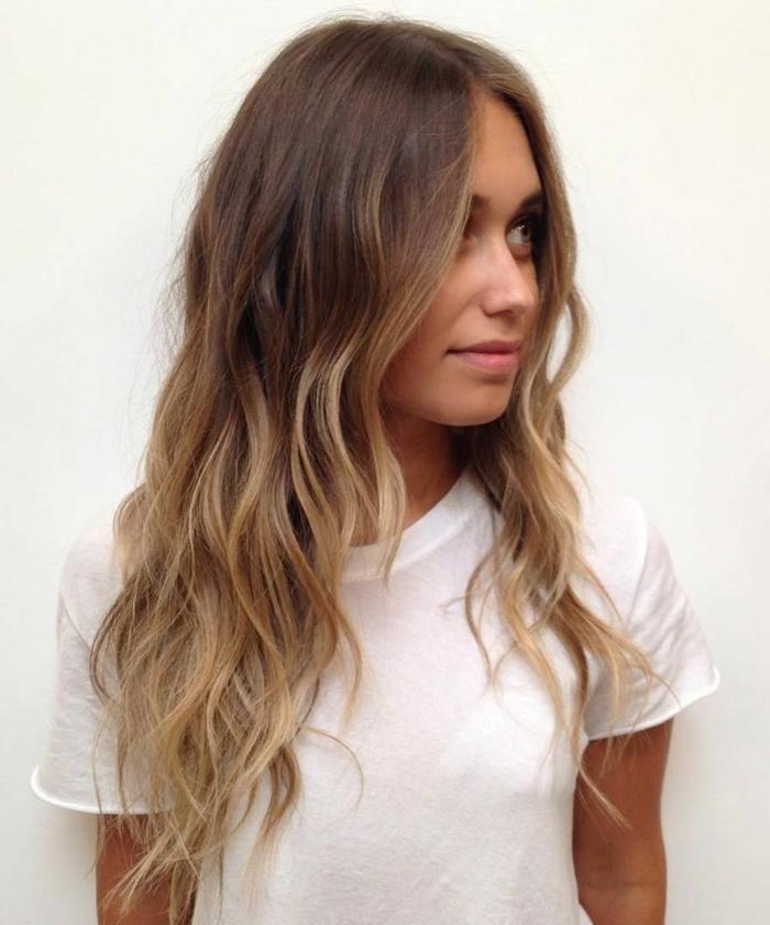 mechas para pelo castaño chica con mechas californianas, pelo largo y ondulado a capas, camisa blanca