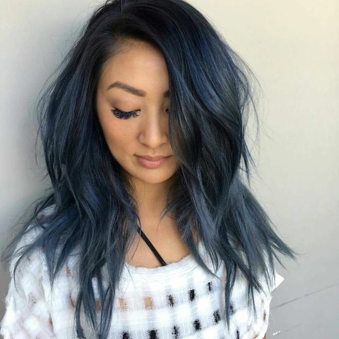 mechas para pelo castaño chica con pelo azul o conocido como pelo denim, tendencia del 2018