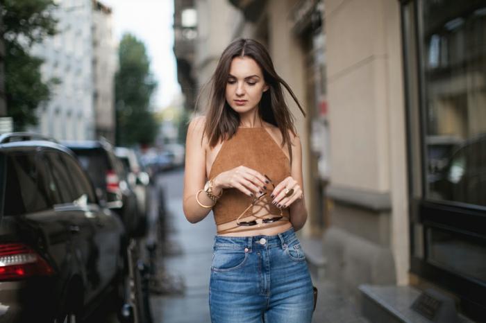 mechas para pelo castaño chica guapa y natural con el pelo medio corto con raya media y vestida con jeans