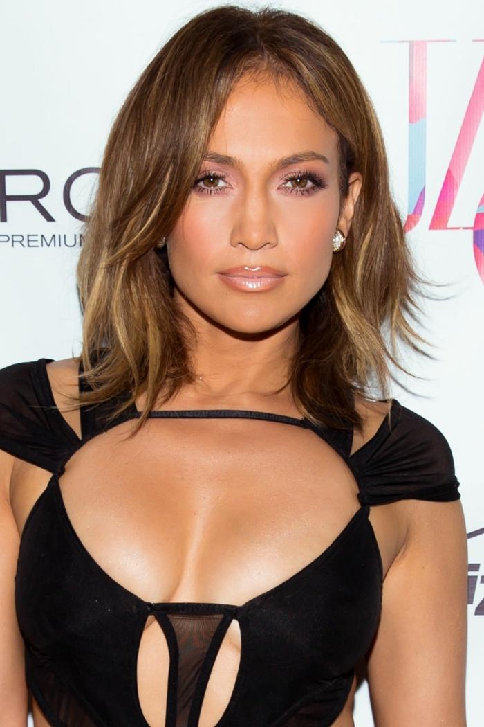 Jennifer Lopez con corte de pelo media melena, con mechas rubias finas, efecto tiger eye, mechas para pelo castaño