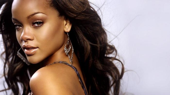 mechas para pelo castaño oscuro Rihanna con color de pelo chocolate, piel bronceada, pendiente largos