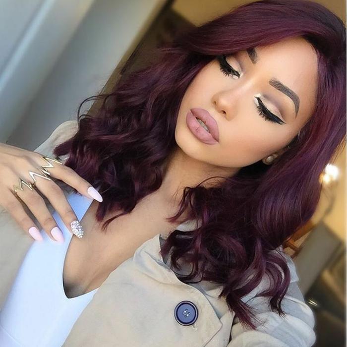 mechas rubias en pelo castaño morena con pelo borgoña, que se ve lila en algunos tonos
