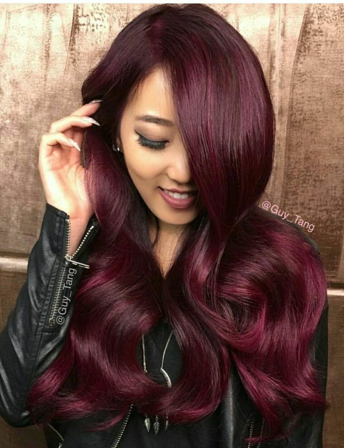 mechas rubias en pelo castaño morena con pelo largo de color borgoña con chaqueta de cuero negra
