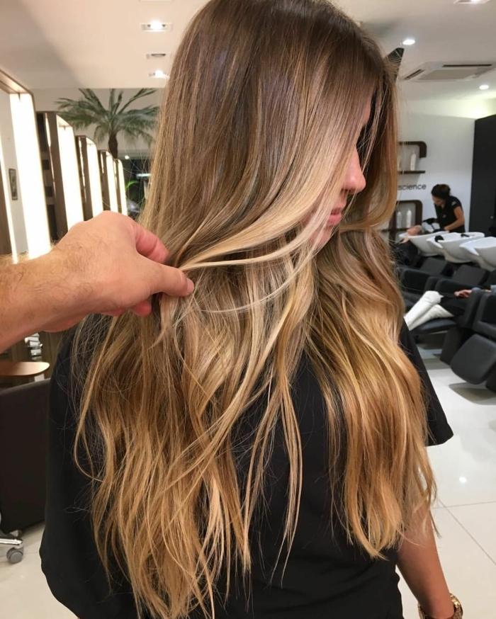 mechas rubias en pelo castaño, modelo en la peluquería con puntas rubias, mechas californianas