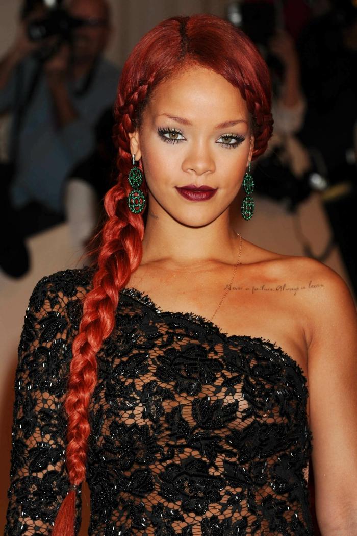 mechas rubias en pelo moreno Rihanna con color de pelo rojo, con trenza hacia un lago muy larga