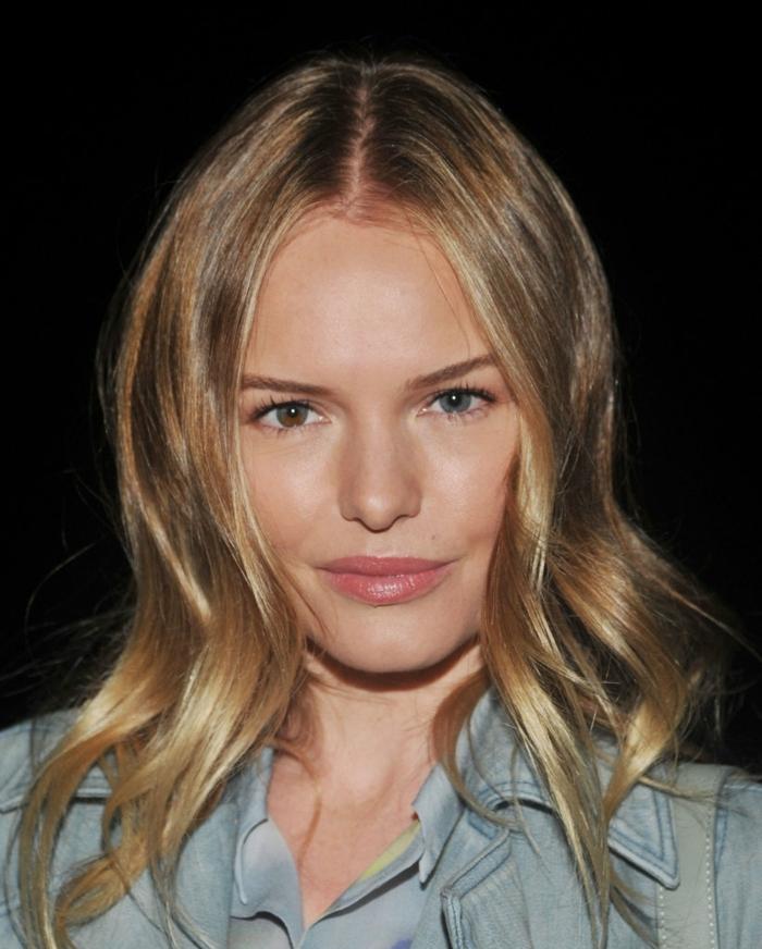 mechas rubio ceniza Kate Bosworth, modelo con pelo castaño claro, con mechas rubias en los extremos