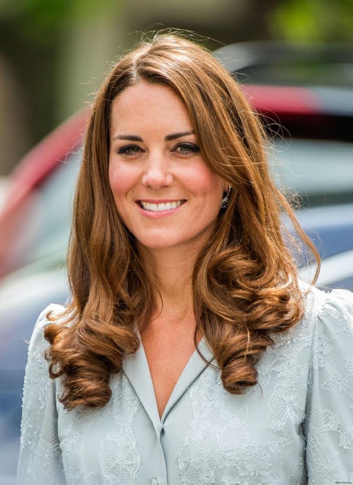 mechas rubio ceniza, Kate Midelton con rizos en los extremos del pelo, con reflejos rubios en su pelo largo