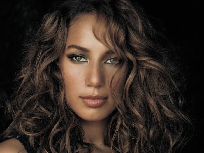 mechas rubio ceniza, Leona Lewis con el pelo castaño oscuro con reflejos rubios muy chulos, labial marrón claro