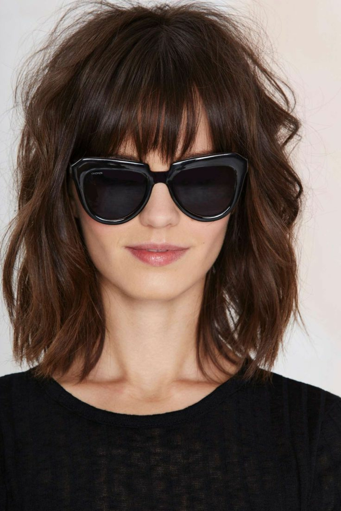 melena corta con flequillo, modeleno con melena midi ondulado con flequillo despuntado y gafas negras