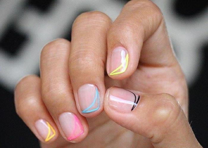diseño minimalista de encanto, uñas manicura francesa lateral en amarillo, rosado, azul y negro