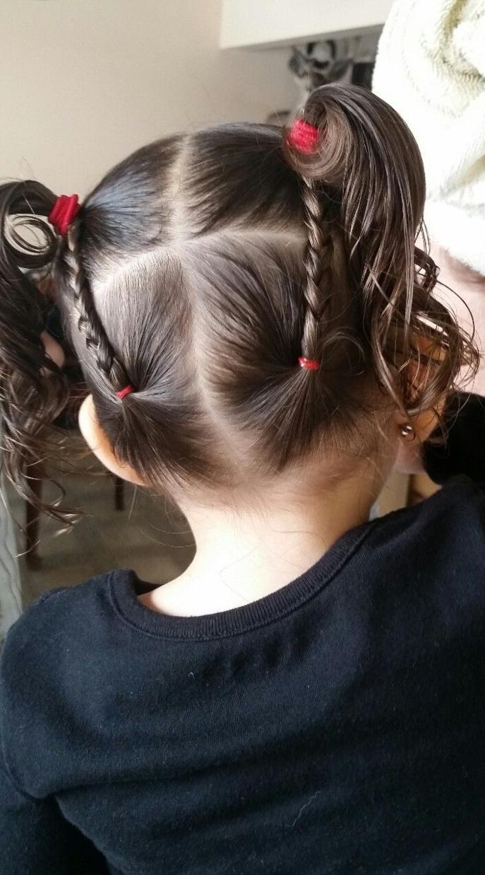 Peinados fáciles para niñas, niña vista por la parte de atrás con dos coletas con coleteros rojos y con trenzas en cada lado