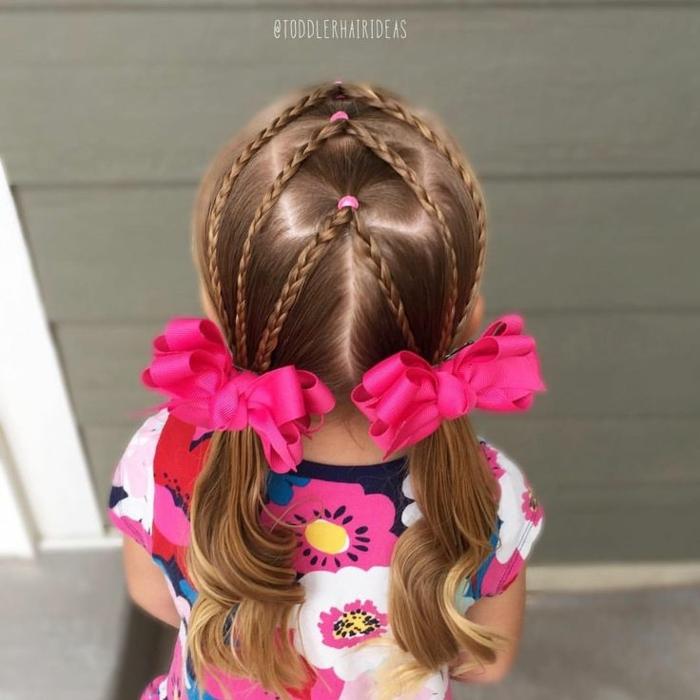 moños con trenzas, niña con el pelo largo rubio ondulado en los extremos en dos coletas con cintas fucsias